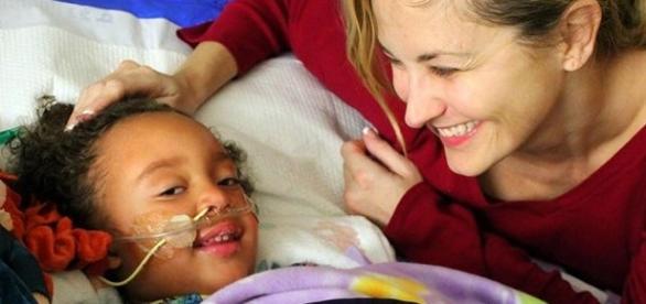 Lyla internada no hospital ao lado da mãe, Dena