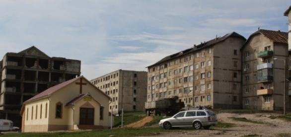 Un antreprenor vinde un bloc de locuințe cu 4 etaje la doar 13.000 de euro,în orașul Anina