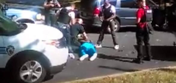 Imagens mostram o momento em que um homem negro foi baleado pela polícia enquanto esperava os filhos na escola