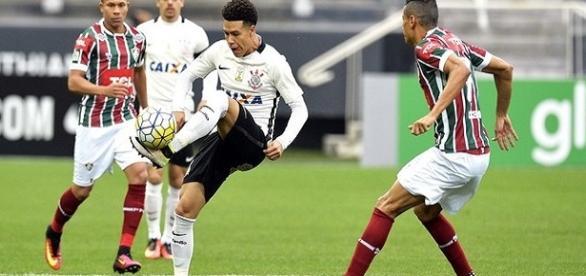 Depois de ajudar na marcação, Cícero deu a vitória do Fluminense sobre o Corinthians (Foto: Marcos Ribolli / Globoesporte)