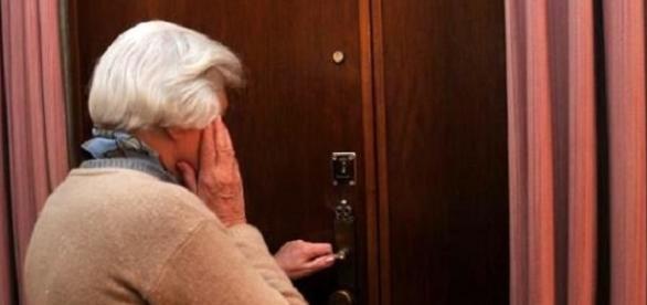 Descoperire ȘOCANTĂ făcută de o BADANTĂ româncă în casa bătrânei pe care o îngrijea