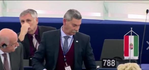 EU-Abgeordneter Synadinos beim Verlassen des Saals nach seinem Rauswurf (Screenshot)