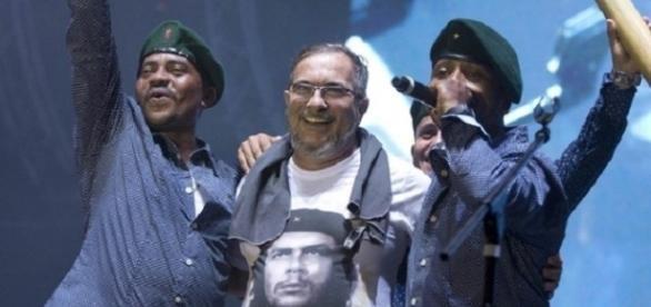 Líder das FARC, Rodrigo Londono, comemorando (Foto: Ricardo Mazalan/AP)