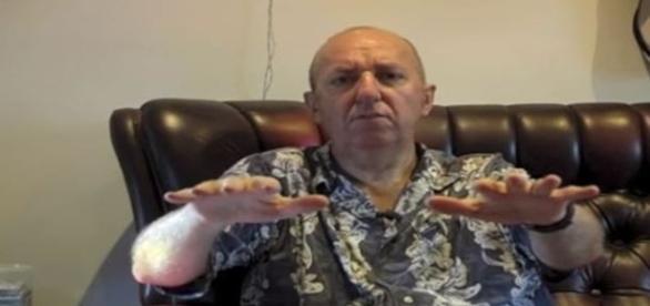 Sintomas do Parkinson cessam após inglês fumar a erva (Ian Frizell/Youtube)