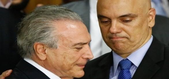 Presidente Michel Temer sendo cumprimentado por Alexandre de Moraes