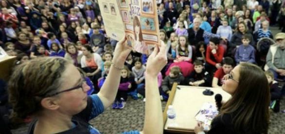 """A autora Jessica Herthel lê seu livro """"I am Jazz"""" em uma biblioteca em Wisconsin. Imagem: Reprodução Jessica Herthel"""