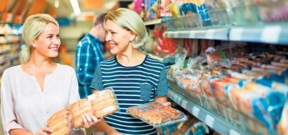 Consumatori într-un supermarket