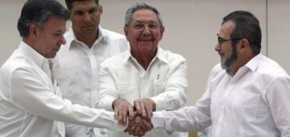 Da sinistra, Il Presidente della Colombia Santos, Raul Castro e il Capo delle FARC Timochenco