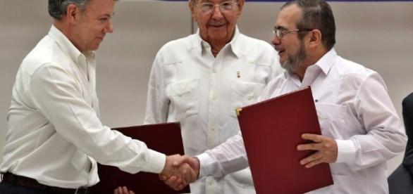 El Gobierno colombiano y las FARC firman el acuerdo de alto el ... - 20minutos.es