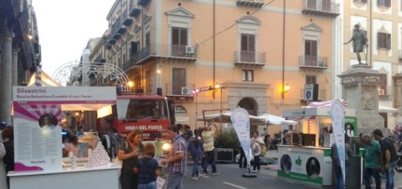 I mezzi dei Vigili del Fuoco irrompono a Palermo in pieno centro.
