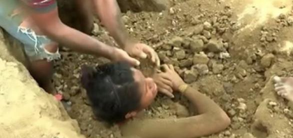 Jovem enterrada viva após ser atingida por um raio