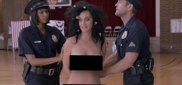 Katy Perry vai presa ao participar de esquete