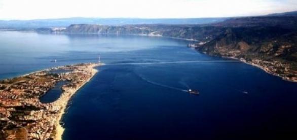 Una suggestiva veduta dello Stretto di Messina che separa Sicilia e Calabria