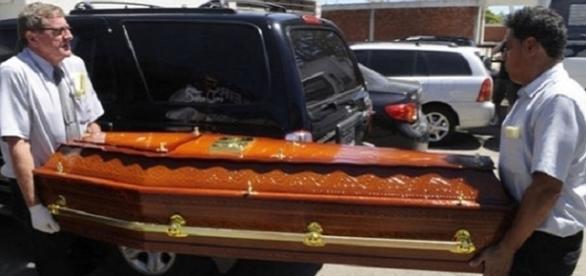 Homens carregam caixão (imagem meramente ilustrativa)