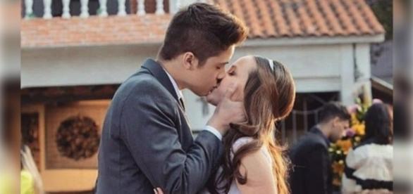 Larissa Manoela beija o namorado e fãs comemoram