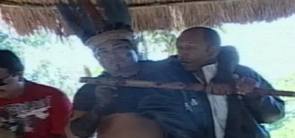 Nas cenas é possível ver um dos caciques da aldeia, intimidando um dos funcionários da Funai. (Foto: Reprodução / Arquivo Pessoal).