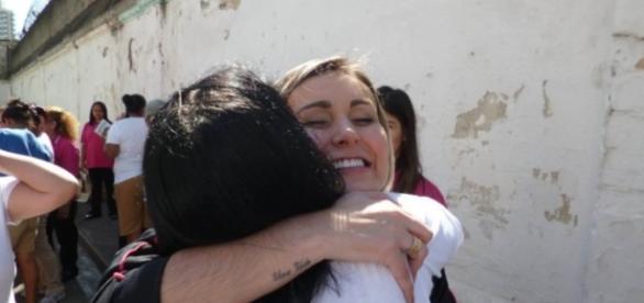 Andressa Urach dá palestra em presídio feminino