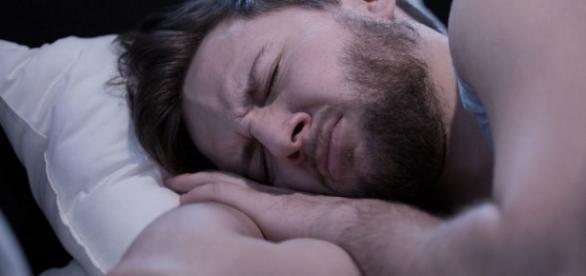 Descubra por que algumas pessoas falam dormindo