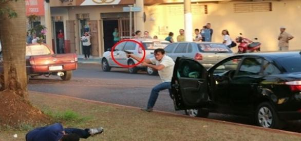Momento em que atirador atinge PM