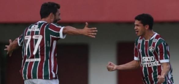 Abraçado por Marquinho (camisa 77), Magno Alves comemora gol da vitória do Flu sobre o Figueirense em Édson Passos, no Rio (Foto: Lancepress)