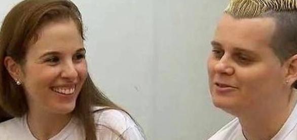 Imagem de Suzane com companheira de cela com a qual se casou em 2014.