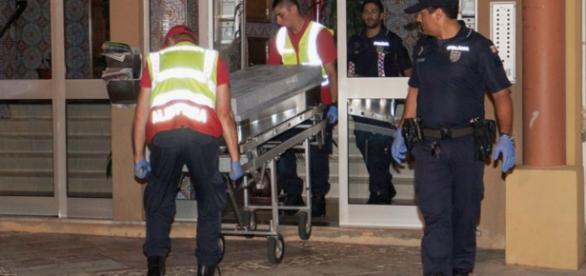 Bombeiros e policiais tiraram o corpo do apartamento