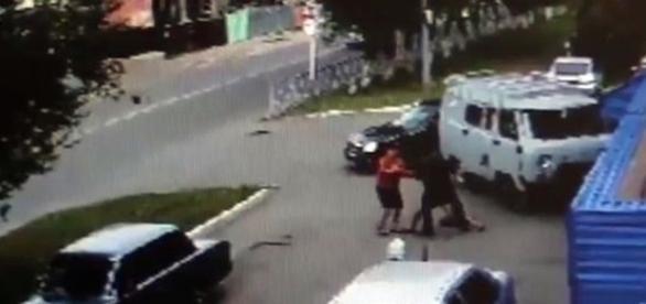 A jovem é arrastada e levada para o carro dos sequestradores