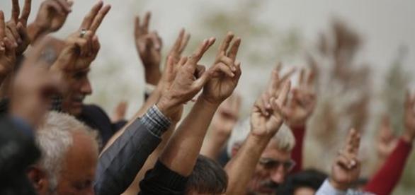kurdos saludan a los soldados que se dirigen a defender la ciudad de Kobane