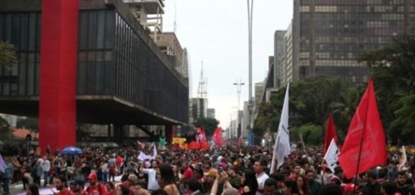 Protesto contra Michel Temer fecha a avenida Paulista