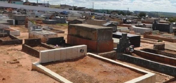 Viúva invade cemitério para roubar o corpo do marido