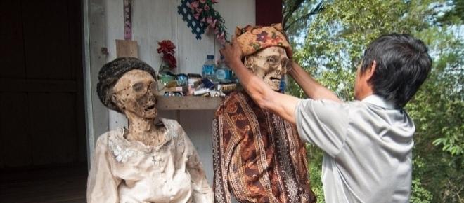 Ritual da Indonésia: Desenterram mortos e andam com eles na rua
