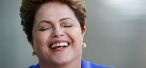 Dilma rindo após evento - Imagem/Google