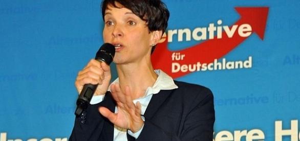 Przemawia Saksonka Frauke Petry, która stoi na czele Alternatywy Dla Niemiec. Fot.: Harald Bischoff, CC B-Y 3.0