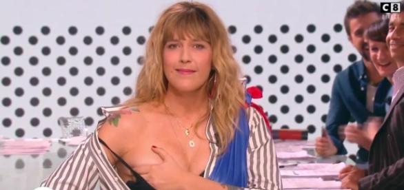 Daphné Bürki dévoile un sein en réponse à Manuel Valls.