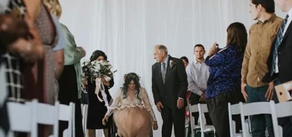 Desenganada pela medicina, Deus ouve orações de mulher paralítica e a cura no dia de seu casamento