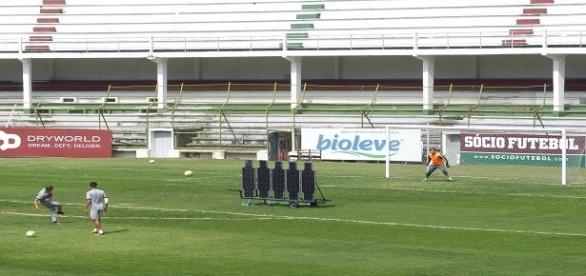 Wellington (esq.) e Scarpa (dir.) treinam normalmente e enfrentam o Botafogo na quarta (Foto: Vicente Seda/GE)