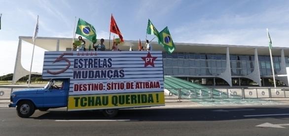 O Partido da Solidariedade colocou um caminhão de mudança para Dilma, logo quando foi afastada da presidência da República