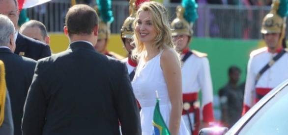 De vestido branco, Marcela Temer estreia como primeira-dama