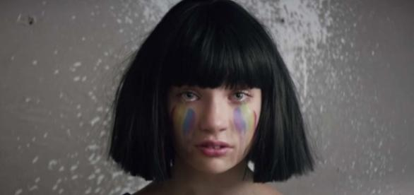 "Maddie Ziegler dans le clip ""The Greatest"""