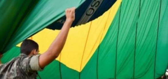 Militares hasteiam a bandeira do Brasil