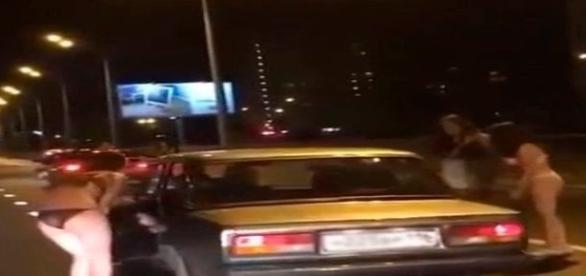 Mulheres pararam o trânsito da cidade (CEN)