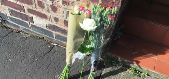 Pessoas estão deixando flores, homenageando o bebê