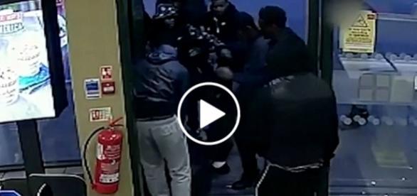 Bandyci siłą wyprowadzili chłopaka z restauracji.