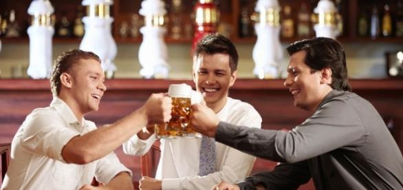 Estudo afirma que homens precisam beber com os amigos duas vezes
