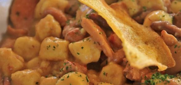 Gnocchi di patate in salsa di funghi porcini.