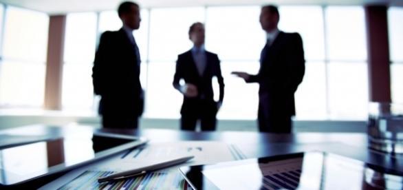 Réunion professionnelle entre un courtier et deux clients