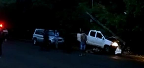 Ao ser atingido, o motorista perdeu o controle da caminhonete, que bateu em um poste