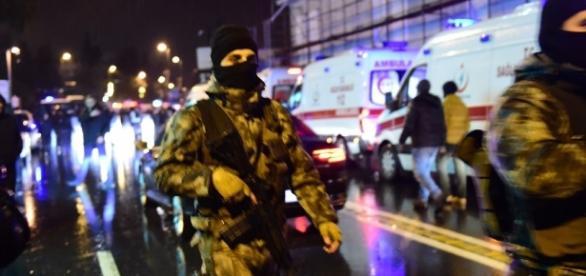 Forțele speciale ale poliției securizează zona atacului din Clubul de noapte unde a avut loc atacul din Istambul - Foto: AFP