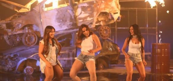 Anitta esbanja sensualidade ao lado da dupla Simone & Simaria