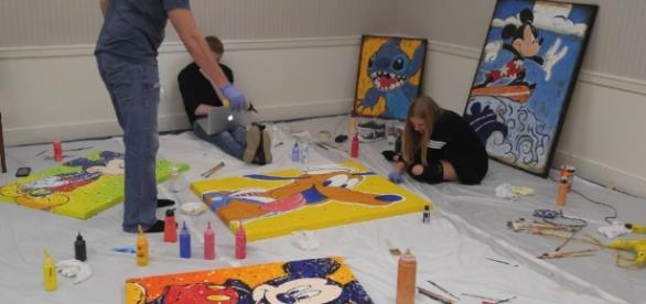 Disney artists Joe Kaminski creates artwork with his children. (Photo by Barb Nefer)